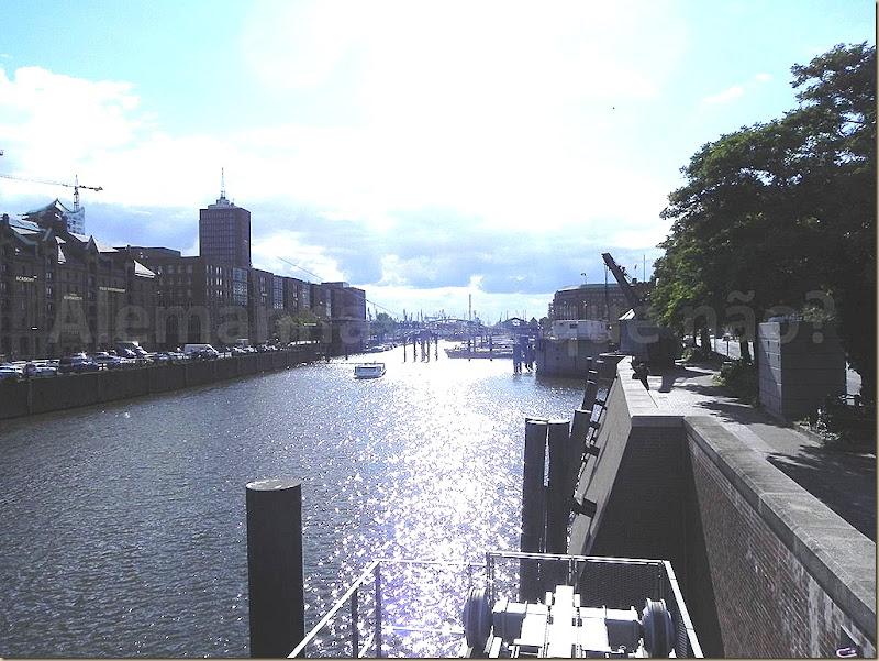 O porto de Hamburgo logo a frente