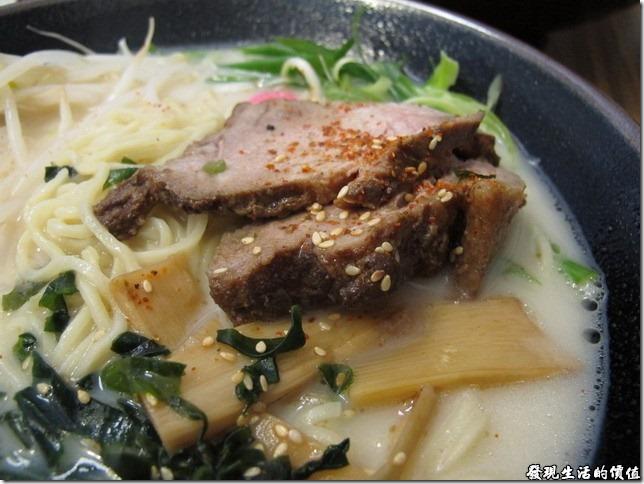 台北南港-魁拉麵。老闆夠用心的給了厚厚的大塊屯骨肉。