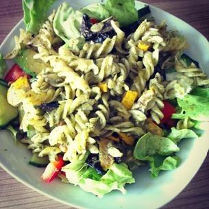 5 Glutenfreie Nudeln mit Pesto und Grillgemüse auf Salat