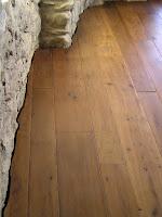 finitura lungo muri in pietra di pavimento in legno antichizzato