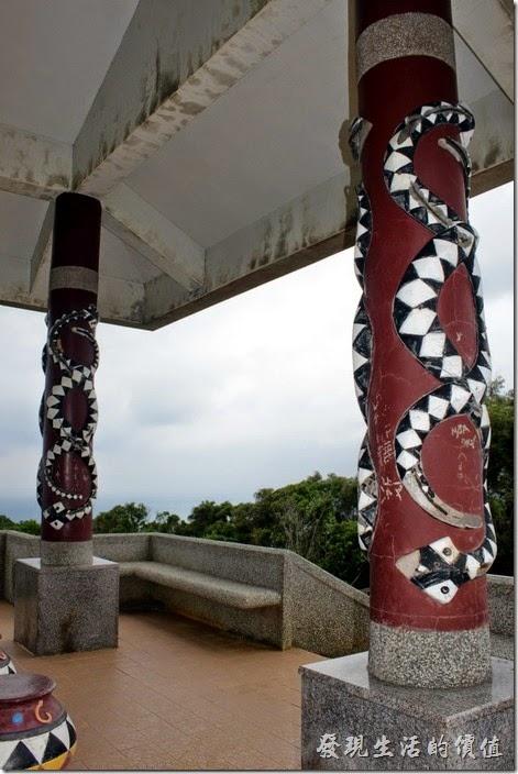 屏東-旭海大草原。涼亭的柱子上也都是百步蛇的圖騰,但是已經有點裸露鋼筋了。