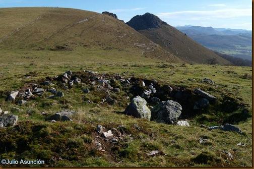 Dolmen de Mediaundi - Cámara principal con el Menditxuri al este