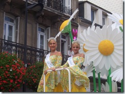 2008.08.17-067 char de la reine du Havre avec Miss Le Havre et sa dauphine.jpg