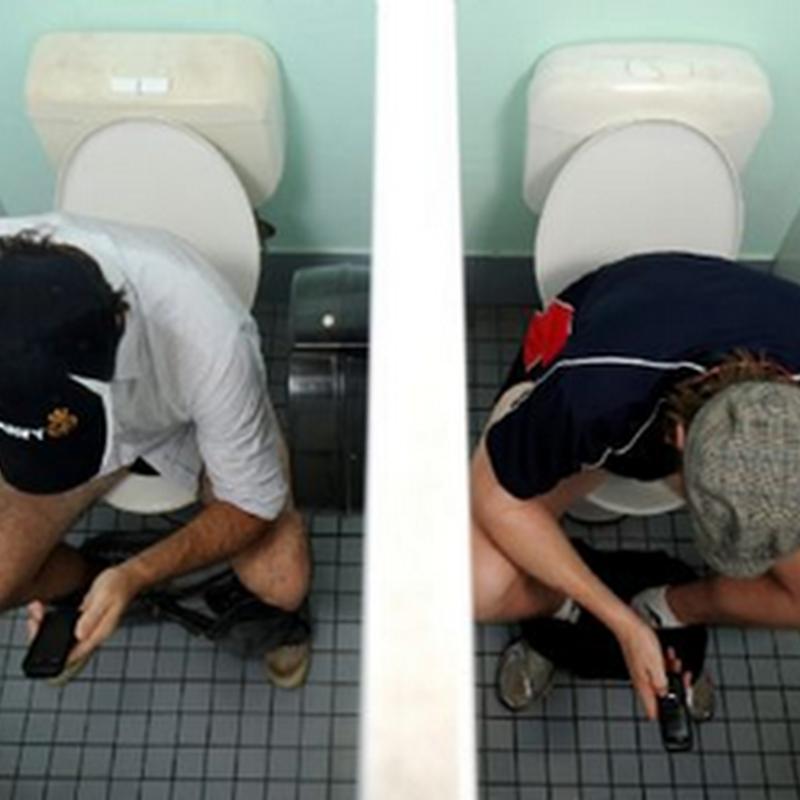 Salahkah si suami bawa telefon ke tandas ?