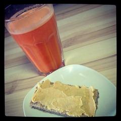 Nachmittagssnack eine Scheibe GF-Brot mit Erdnussbutter und ein Glas frischer Saft