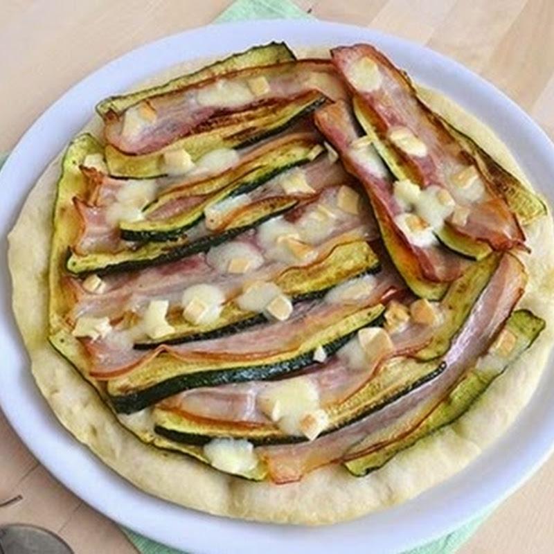 Πίτσα με κολοκυθάκια και μπέικον