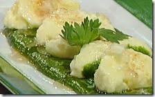 Morbidelle di ricotta su crema di spinaci