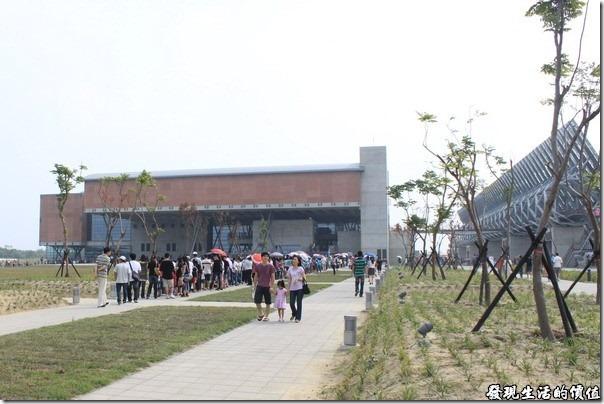 台南-台灣歷史博物館。排隊進場等候參觀的人龍。