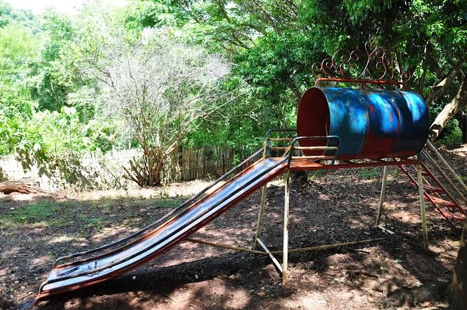 Imagini Thailanda: Locul de joaca pentru copii in curtea scolii, tribul Akha, Thailanda