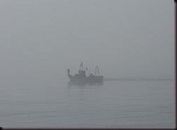 barco en la niebla