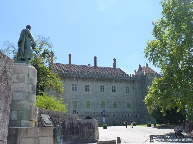 entrada-palacio-duques-de-braganza-guimaraes.JPG