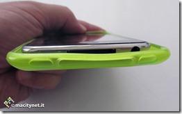 Questo e' un confronto di spessori e di curve con un iPod touch di seconda generazione