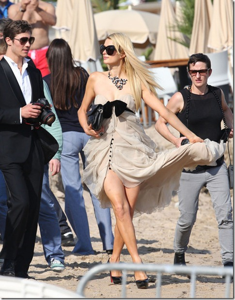 Paris Hilton Poses Up Beach a498rrT9dXBl