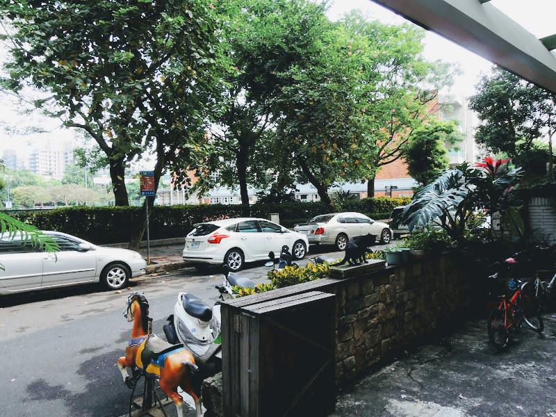 學校咖啡館 EcoleCafe' 往外看.jpg