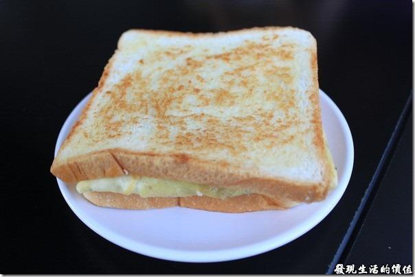 台南-菓溱是早餐店。野菜燻雞土司,NTD40,上菜的時候會先用塑膠袋套好,一來避免過程中弄髒,二來也可以讓客人比較不用沾手。