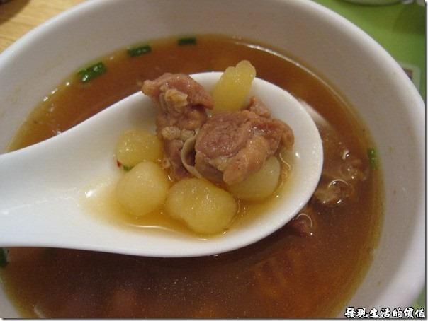 上海-西貝攸面村。羊肉熱湯,羊肉配上土豆(馬鈴薯),湯頭有種說不出的味道,有些人可能會吃不習慣。