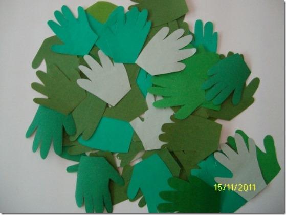 jugarycolorear arbol hecho con el contorno de las manos (1)