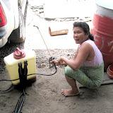 除草剤散布機の使い方を実演してくれたアブラヤシ小農の女性