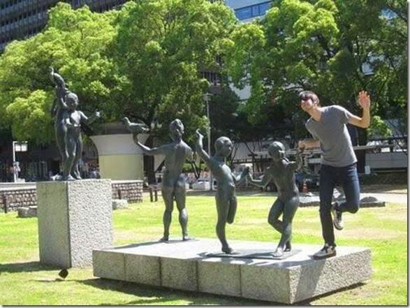 funny-statue-pose-001