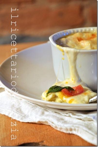 uova in cocotte con pomodorini, basilico e mozzarella filante