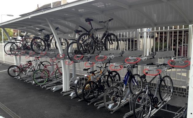 Estacionamento bicicleta junto a estação de comboio