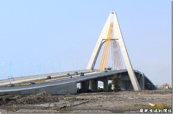東港鵬灣跨海大橋。這座「鵬灣跨海大橋」起用於民國2011年3月27日,大橋來回各有兩線道可通行汽車,另外為了響應全民的鐵馬熱,還貼心的設計了自行車專用道及步行道。