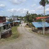 写真11: ミリ・ビントゥル道路沿いのKp.Penan Melayu Batu 10_ 集落脇に宅地を販売しており、イバンが購入し家を建てている / Photo11: Kp.Penan Melayu Batu 10,  alongMiri-Bintulu road_Iban people purchase housing land near this community and build their houses