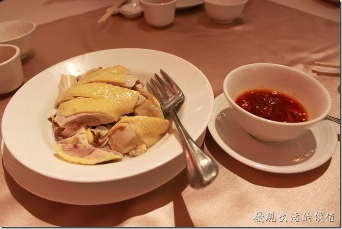 花蓮-理想大地渡假村中餐廳。萬榮牧草雞,280 。這道菜配上自製的辣椒醬非常好吃。