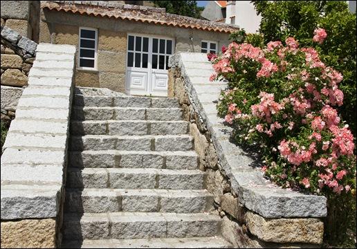 Marialva - Glória Ishizaka -  Largo do Negrilho - rosa ao lado da escadaria