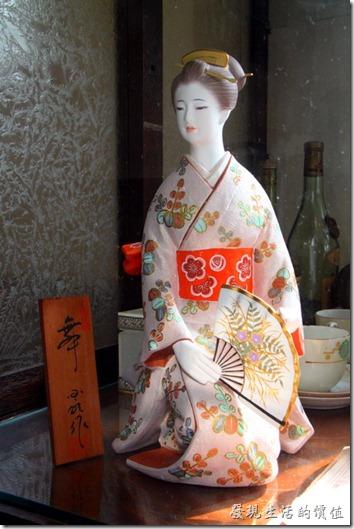 台南-鹿角枝老房子咖啡。古典的日本藝妓玩偶。