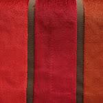Tkanina obiciowa, trudnopalna. Pluszowa. Motyw geometryczny - pasy. Czerwona, brązowa.
