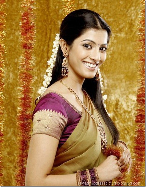 gorgeous-Varalakshmi-sarathkumar-in-half-saree