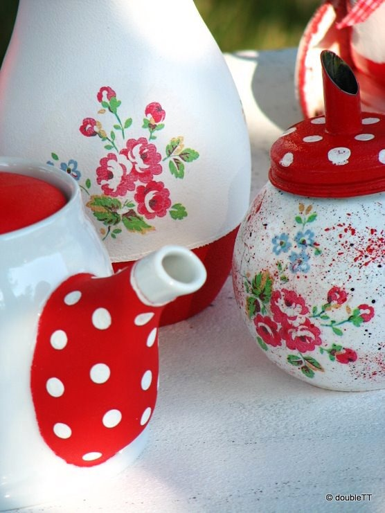 dots and roses in red  vase-1