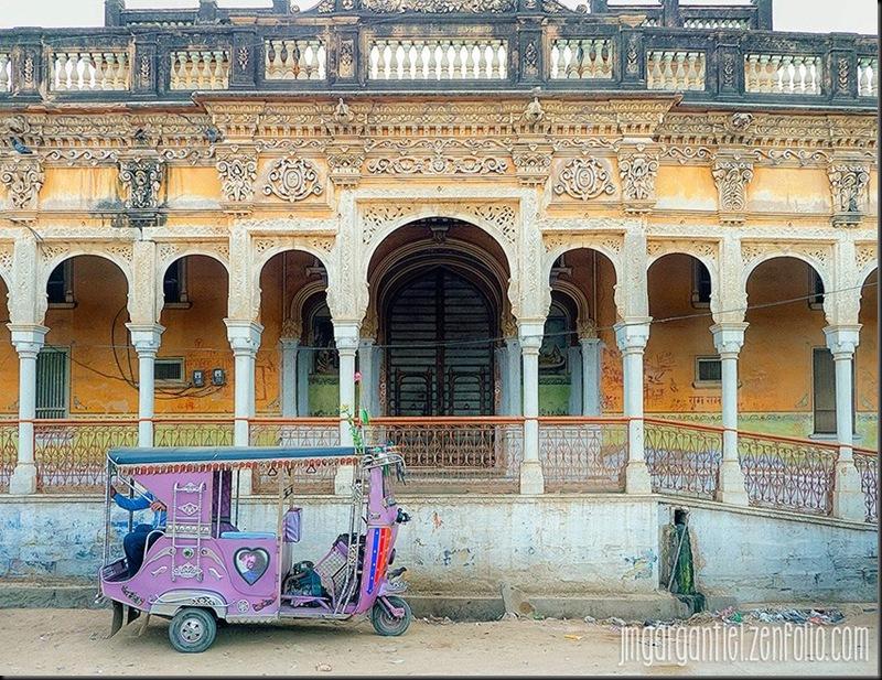 La voiture de madame est avancée... — presso Rajasthan.