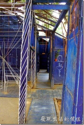 台南-西門路上司法宿舍群的藍晒圖2.0。西門路上的藍晒圖2.0可以讓民眾及遊客直接進入晒圖之中成為晒圖的一部分。