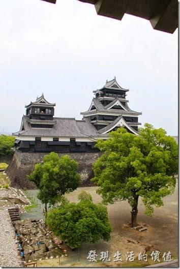 日本北九州-熊本城。從「宇土櫓」遙望大小天守閣的樣子。