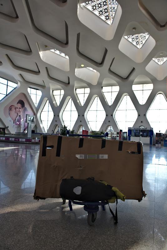 Starea cutiei in aeroportul din Marrakech, de notat felul in care erau rupte colturile, noroc ca nu a cazut nimic pe acolo.