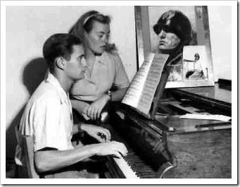 Romano Mussolini giovane suona il piano (sorella A.Maria) (foto AP)