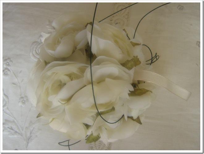 Bola de flores blancas como complementos para niñas de arras
