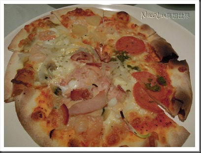 四拼披薩:墨西哥臘腸、鳳梨蝦仁、☆主廚總匯、☆綠咖哩海鮮