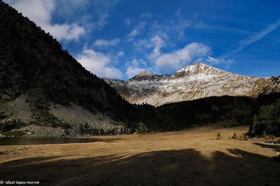 L'estany Llong. Al fons, el pic del Portarro (2733 m) i el portarro d'Espot.Parc Nacional d'Aigues Tortes i Estany de Sant Maurici.La Vall de Boi, Alta Ribagorca, Lleida