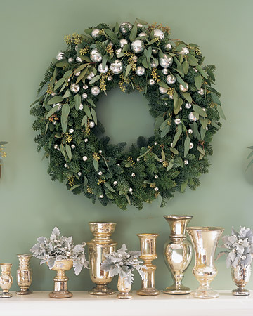 You can create this glittering decoration by using the same technique for the wreath