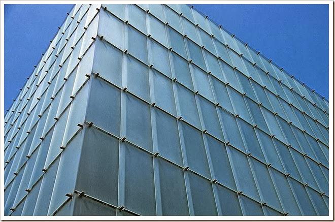 Detalhe do paineis de vidros translúcidos na faixada do Kunthaus Bregenz na Áustria. Foto: Wikipédia.