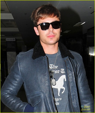 zac-efron-walks-through-lax-03