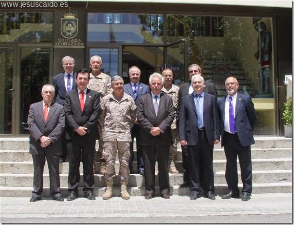 En la puerta del Cuartel General de la Brigada con el General Conde y otros mandos de la misma (Foto BRIAC XII)