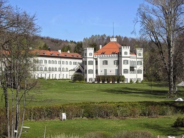 El Palacio de Possenhofen adquirido en 1834 por Maximiliano , el padre de Sissí