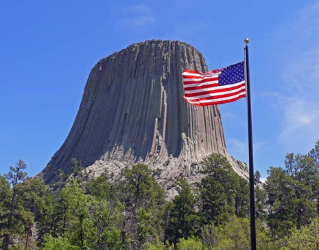 Devil's Tower w flag