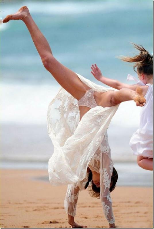 miranda-kerr-cartwheel-2