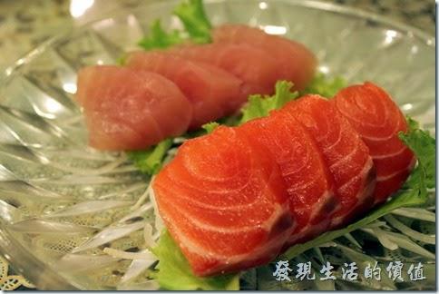 東港-國珍海產店。生魚片。因為只有我一個人吃,所以點了小盤的,有鮭魚跟旗魚各四片,吃起來也很新鮮。 不過美中不足的是這裡用的居然是傳統醬油而不是薄鹽醬油,配上生魚片吃起來有點死鹹。