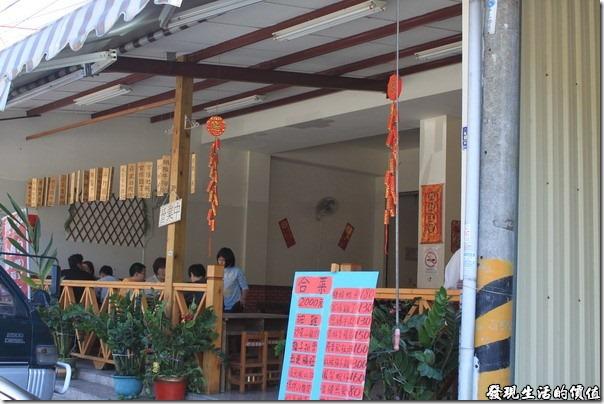 寶來-山之戀風味餐廳。店家的門口,合菜的菜色與價錢就直接寫在門口,讓你不用擔心價錢。